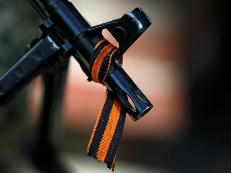 The black and orange ribbon of St. George, a symbol widely associated with pro-Russian protests in Ukraine, is tied to the machine gun of a pro-Russian armed man in Slaviansk, in this April 21, 2014 file photo. REUTERS/Gleb Garanich/Files