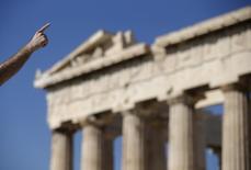 Турист в афинском акрополисе 9 июля 2015 года. Регулирующие органы Евросоюза в четверг одобрили соглашение Греции с участниками строительства Трансадриатического газопровода ТАР, по которому Европа будет получать газ из Азербайджана. REUTERS/Christian Hartmann