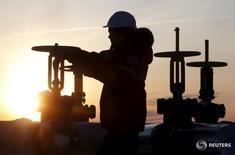 Рабочий проверяет вентиль на нефтепроводе Лукойла, месторождение Имилорское в районе восточносибирского Когалыма 25 января 2016 года. Москва не подтвердила заявление министра нефти Нигерии, который сказал в четверг, что представители нескольких стран ОПЕК и стран, не входящих в картель, встретятся 20 марта в России, чтобы обсудить перспективы восстановления цены. REUTERS/Sergei Karpukhin
