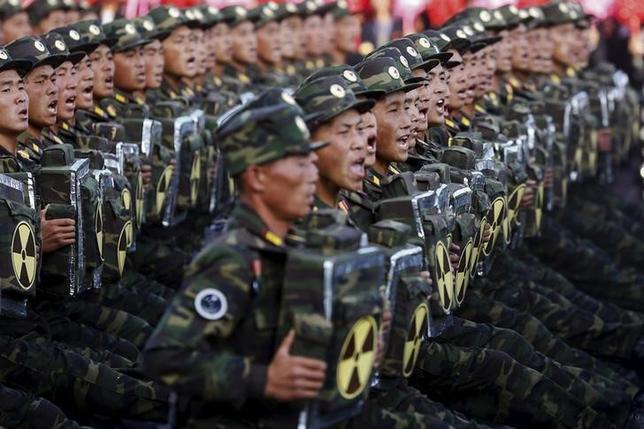 3月3日、北朝鮮の金正恩第1書記が「いつでも」核兵器を発射できる準備を整えておくよう命じたとの報道について、米国防総省報道官は、北朝鮮に緊張をあおる挑発的な行動を控えるよう促した。写真は平壌での軍事パレード。昨年10月撮影(2016年 ロイター/DAMIR SAGOLJ)