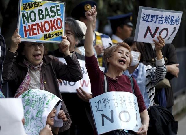3月4日、安倍晋三首相は、沖縄県名護市辺野古の埋め立てをめぐり、裁判所が示した和解案を受け入れ、工事を中止すると発表した。写真は昨年4月撮影(2016年 ロイター/Issei Kato)