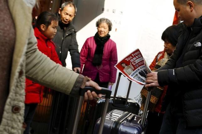 3月4日、政府は、未来投資に向けた官民対話を開催し、地方の課題として観光立国を目指した投資に力を入れることを議論した。写真は中国人旅行者。都内で2月撮影(2016年 ロイター/Thomas Peter)