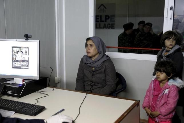 3月4日、EU委員会のアブラモプロス委員(移民・内務担当)は、トルコから欧州に渡る移民にとって主要な入り口となっているギリシャに対し、5月12日までに全移民の正式な登録を終えるよう要請した。写真はシリア難民。ギリシャ・ヒオス島の移民登録センターで2月撮影(2016年 ロイター/Alkis Konstantinidis)