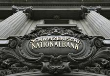 La Banque nationale suisse (BNS) confirme une perte record de 23,3 milliards de francs suisses (21,4 milliards d'euros) en 2015, après un bénéfice de 38,3 milliards en 2014. /Photo d'archives/REUTERS/Denis Balibouse