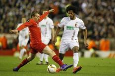 Lucas Leiva em jogo do Liverpool contra o Augsburg.  25/2/16. Reuters/Andrew Yates