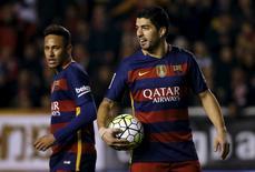 Suárez em jogo do Barcelona ao lado de Neymar. REUTERS/Sergio Perez