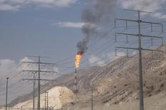 Las exportaciones de crudo y gas condensado de Irán alcanzarían los 2 millones de barriles por día (bpd) para fin de marzo, dijo el director de asuntos internacionales de la estatal Compañía Nacional de Petróleo (NIOC, por sus siglas en inglés), según fue citado el sábado por la agencia oficial de noticias Shana. Imagen de archivo de un campo petrolífero en el Golfo Pérsico, en Irán, el 19 de noviembre de 2015. REUTERS/Raheb Homavandi/TIMA