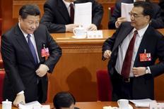 Le président chinois Xi Jinping (à gauche) et son Premier ministre Li Keqiang à l'ouverture samedi de la session annuelle de l'Assemblée populaire nationale, au Grand Palais du peuple, à Pékin. La Chine vise une croissance d'au moins 6,5% sur les cinq prochaines années et concentrera ses efforts sur la création de nouveaux emplois et la restructuration de son industrie. /Photo prise le 5 mars 2016/REUTERS/Jason Lee