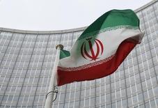 Una bandera iraní flamea frente a las instalaciones del Organismo Internacional de Energía Atómica (OIEA) en Viena. Las exportaciones de crudo y gas condensado de Irán alcanzarían los 2 millones de barriles por día (bpd) para fin de marzo, dijo el director de asuntos internacionales de la estatal Compañía Nacional de Petróleo (NIOC, por sus siglas en inglés), según fue citado el sábado por la agencia oficial de noticias Shana. Austria, Jan 15, 2016. REUTERS/Leonhard Foeger