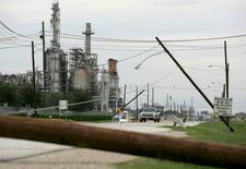 En la imagen de archivo se aprecian daños al tendido eléctrico tras el paso del Huracán Ike frente a la refinería de Pasadena, Texas, el 15 de septiembre de 2008. Tres personas resultaron quemadas -una de ellas de gravedad- cuando un generador explotó el sábado por la mañana en una refinería de la petrolera estatal brasileña Petrobras en Pasadena, Texas, dijo una fuente familiarizada con las operaciones de emergencia en la planta. REUTERS/Jessica Rinaldi (UNITED STATES) - RTR21XF7