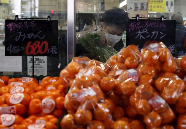 3月7日、格付け会社フィッチ・レーティングスは、日本政府が2017年4月に予定している10%への消費再増税を延期した場合、税収を埋め合わせするような対策がとられないならば、政府債務はさらに拡大し、ソブリン格付け判断にはネガティブになるとの見方を示した。写真は都内で2月撮影(2016年 ロイター/Yuya Shino)