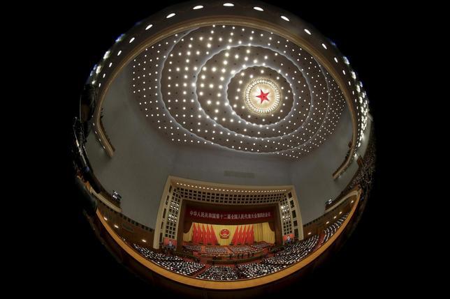 3月7日、中国の5カ年計画は、年間の経済成長率を少なくとも6.5%と定めた。非現実的な目標はリバランス(再均衡)の遅れや債務拡大を通じて経済をゆがめるだろう。写真は全国人民代表大会(国会に相当)が開催されている北京の人民大会堂の内側。5日撮影(2016年 ロイター/Jason Lee)