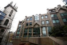 Les bureaux d'Old Mutual à Londres. Le groupe de services financiers anglo-sud-africain a confirmé lundi n'écarter aucune option dans le cadre de sa revue stratégique lancée en novembre, tout en ajoutant n'avoir pas encore pris de décision. /Photo prise le 6 mars 2016/REUTERS/Peter Nicholls