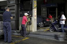Un trabajador utiliza un surtidor de bencina en una gasolinera en Caracas. 12 de febrero de 2016. Los principales productores de la OPEP han empezado a discutir de manera privada un nuevo equilibrio para el precio del petróleo a 50 dólares por barril, sumándose a las señales de que una extensa corriente vendedora en el mercado ha llegado a su fin, dijo uno de los mayores pronosticadores de la industria. REUTERS/Marco Bello