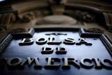 El logo de la Bolsa de Comercio de Santiago en su edificio, sep 1, 2015. Las acciones del grupo minero chileno CAP trepaban un 12 por ciento el lunes en la bolsa local, luego de que la empresa reportó una inesperada ganancia en el 2015 en medio de sus esfuerzos por reducir costos ante los débiles precios del hierro.   REUTERS/Ivan Alvarado