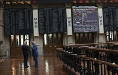 El Ibex-35 cerró el lunes con una leve caída del 0,28 por ciento, aunque finalmente mantuvo el nivel de los 8.700 puntos que había perdido durante la sesión, lastrado por el sector bancario en una jornada protagonizada por la espectacular subida de un 14,5 por ciento de FCC.  En la imagen, inversores en la bolsa de Madrid, el 6 de agosto de 2012. REUTERS/Susana Vera