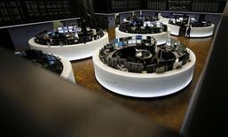 Las acciones europeas cayeron el lunes, presionadas por un fuerte descenso en los títulos del grupo de energía francés EDF tras la renuncia de un importante ejecutivo y ante el retroceso los valores bancarios tras la reducción de precios objetivos por parte de corredurías. En la imagen, operadores en la Bolsa de Fráncfort, el 23 de febrero de 2016. REUTERS/Kai Pfaffenbach