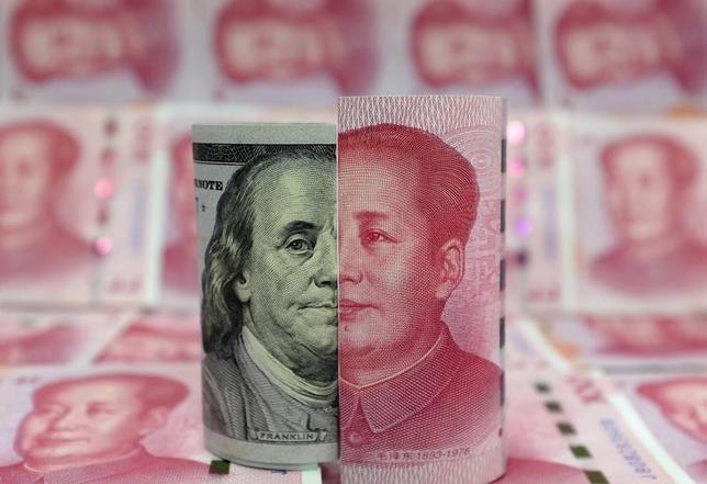 3月7日、中国は通貨防衛においてまだ勝利を収めたわけではない。写真はドルと人民元の紙幣。北京で1月撮影(2016年 ロイター/Jason Lee)