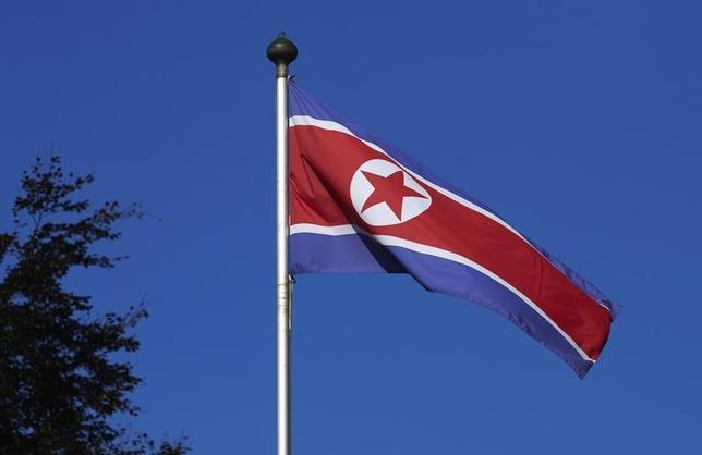 3月7日、北朝鮮の金正恩(キム・ジョンウン)第1書記が、いつでも核兵器を発射できる準備を整えておくよう軍に指示したことについて、米国務省は北朝鮮の威嚇を真剣に受け止めているとした上で、核実験や長距離ミサイル発射などの挑発行為をやめるよう、北朝鮮に要求した。写真は北朝鮮の国旗。2014年10月撮影(2016年 ロイター/Denis Balibouse)