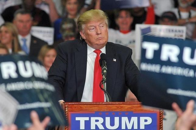 3月7日、メキシコのぺニャニエト大統領は、米大統領選の共和党指名争いでトップを走る不動産王ドナルド・トランプ氏(写真)が不法移民対策としてメキシコとの間に壁の建設を主張していることについて「そうしたシナリオはない」と強く否定した。写真はミシシッピ州で撮影(2016年 ロイター/Rick Guy)