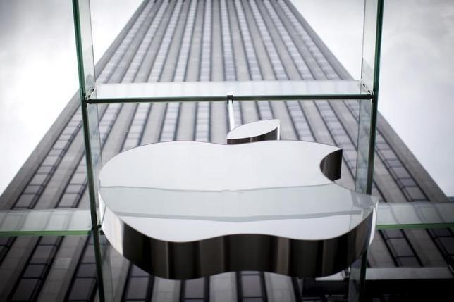 3月7日、米司法省は、アップルの「iPhone(アイフォーン)」のロック解除請求をニューヨーク州の連邦地裁が棄却した薬物関連事件をめぐり、同地裁の上級判事にあらためて解除を求める請求を行った。写真はニューヨークで昨年7月撮影(2016年 ロイター/Mike Segar)