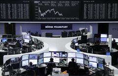 Las bolsas europeas bajaban el martes a un mínimo de una semana, al caer los precios de los metales industriales por unos decepcionantes datos comerciales de China, el mayor consumidor de metales del mundo. En la imagen, operadores trabajan en sus mesas delante del índice de precios alemán DAX en la bolsa de Fráncfort, Alemania, el 3 de marzo de 2016.      REUTERS/Staff