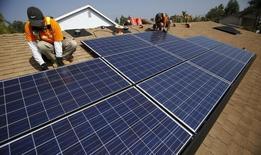 L'installateur américain de panneaux photovoltaïques Vivint Solar a rompu son accord de fusion avec son compatriote SunEdison, ce dernier n'ayant pas respecté ses engagements. Le numéro un mondial des services d'énergie solaire, avait annoncé le 20 juillet le rachat de Vivint, contrôlé par Blackstone Group, pour 2,2 milliards de dollars (2,0 milliards d'euros) en cash et en actions. /Photo d'archives/REUTERS/Mario Anzuoni