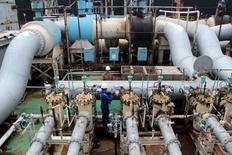 Un trabajador cierra una válvula en la terminal petrolera Al-Basra, en Irak, 28 de febrero de 2016. Kuwait se comprometerá a congelar la producción global de crudo sólo si los grandes productores, incluyendo a Irán, acuerdan sumarse a la iniciativa, dijo el martes el ministro de Petróleo interino del miembro de la OPEP.  REUTERS/Essam Al-Sudani