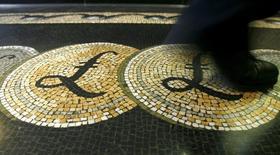 La Banque d'Angleterre (BoE) ne relèvera pas les taux d'intérêt avant début 2017, pensent les économistes interrogés par Reuters, qui repoussent ainsi pour la troisième fois depuis le début de l'année leur anticipation d'un resserrement monétaire en Grande-Bretagne. /Photo d'archives/REUTERS/Luke Macgregor