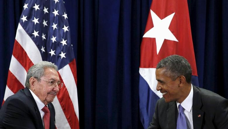 U.S. President Barack Obama and Cuban President Raul Castro meet at the United Nations  General Assembly in New York September 29, 2015. REUTERS/Kevin Lamarque