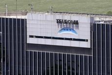 El logo de Telecom visto en la sede de la compañía en Buenos Aires. 14 de noviembre de 2013. Telecom Italia dijo el martes que completó la esperada venta de su participación en Telecom Argentina al grupo de inversión Fintech por un total de más de 960 millones de dólares. REUTERS/Enrique Marcarian