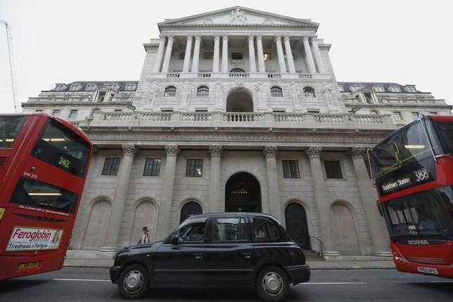 3月8日、英中銀のウィール金融政策委員は今後2年に利上げする確率は依然利下げする確率より高いとの見方を示した。写真はロンドンの英中銀建物、昨年12月撮影。(2016年 ロイター/Luke MacGregor)