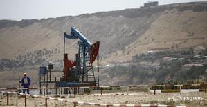 Станок-качалка в Баку 16 июня 2015 года. Азербайджан поддержал инициативу ОПЕК и готов заморозить добычу нефти на уровне января 2016 года, сказал высокопоставленный чиновник Госнефтекомпании Азербайджана (SOCAR) в интервью местному телеканалу ANS. REUTERS/Kai Pfaffenbach