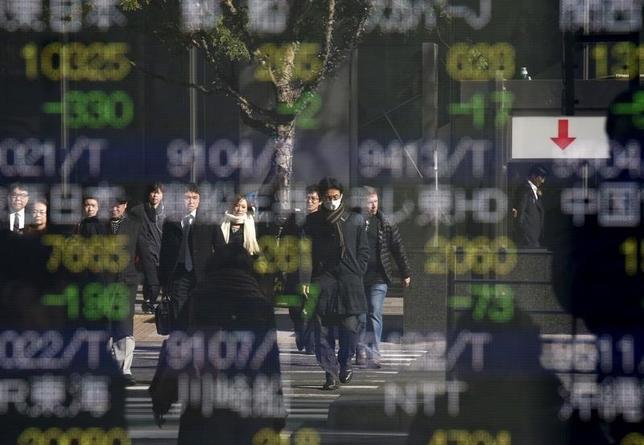 3月9日、東京株式市場で日経平均は3日続落となった。強含んだ円相場や原油相場の下落など外部環境の悪化を嫌気した売りが先行。写真は都内で1月撮影(2016年 ロイター/Toru Hanai)