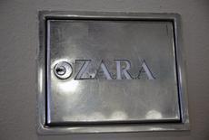 El grupo textil gallego Inditex, dueño de la marca Zara, logró aumentar su beneficio un 15% en 2015 al continuar la expansión global de su negocio acompañado por el despliegue de sus ventas online en cada vez más mercados. En la foto, el logo de una tienda de Zara en el centro de Madrid el 8 de marzo de 2016. REUTERS/Andrea Comas