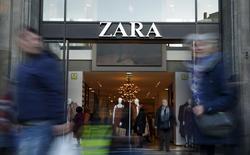 Магазин Zara в Барселоне. 8 марта 2016 года. Inditex, владелец крупнейшей в мире сети магазинов одежды Zara, сообщил о сильном росте продаж за первые пять недель нового финансового года, а также о снижении высоких темпов открытия новых магазинов. REUTERS/Albert Gea