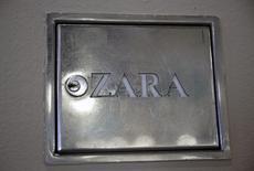En la foto, el logo de una tienda de Zara en el centro de Madrid el 8 de marzo de 2016. REUTERS/Andrea Comas. El grupo textil español Inditex, dueño de la marca Zara, reportó el miércoles un aumento de 15 por ciento en su ganancia neta en 2015, como resultado de una expansión global de su negocio en el que destacó un crecimiento de las ventas online.
