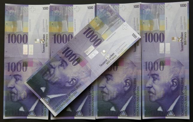 3月9日、欧州中央銀行(ECB)が10日の理事会で追加金融緩和に動くとの予想が広がっている中で、スイス国立銀行(中央銀行)はスイスフラン(写真)高を抑えるために何らかの対応を迫られる可能性がある。ベルンで2月撮影(2016年 ロイター/Ruben Sprich)