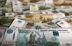 Рублевые купюры в Варшаве 22 января 2016 года. Рубль относительно стабилен утром четверга, ориентируясь на нефть, которая сейчас дешевеет, но находится вблизи трехмесячных максимумов, и оставаясь в ожидании новых стимулирующих мер от ЕЦБ по итогам сегодняшнего заседания, что может поддержать высокорискованные активы. REUTERS/Kacper Pempel