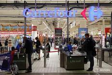 Логотип Carrefour на входе в супермаркет в Лилле 5 ноября 2015 года. Французская сеть магазинов Carrefour сообщила в четверг, что увеличит инвестиции в реконструкцию и открытие магазинов в 2016 году. REUTERS/Benoit Tessier