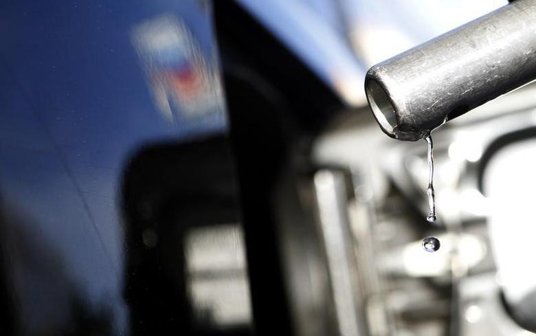 Gasoline drips off a nozzle during refueling at a gas station in Altadena, California March 24, 2012.  REUTERS/Mario Anzuoni