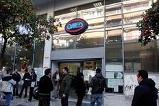 Agence pour l'emploi à Athènes. Le taux de chômage en Grèce a légèrement baissé en décembre, à 24% contre 24,4% le mois précédent, taux révisé à la baisse après une première estimation à 24,7%. /Photo d'archives/REUTERS/Yorgos Karahalis