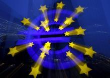 El logo del BCE fuera de la sede del BCE en Fráncfort en Alemania, 19 de enero de 2016. El Banco Central Europeo se dispone a anunciar el jueves su segundo paquete de estímulos económicos en tres meses, presionado por el temor de que se perpetúe una inflación ultrabaja debido al bajo costo de la energía que afecta a los salarios y los precios. REUTERS/Kai Pfaffenbach