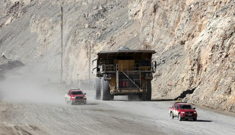 A dump truck carries copper ore out of Chuquicamata open pit copper mine, which is owned by Chile's state-run copper producer Codelco, near Calama city, April 1, 2011.  REUTERS/Ivan Alvarado