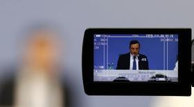 Le président de la Banque centrale européenne (BCE), Mario Draghi. La BCE a revu à la baisse ses prévisions de croissance et d'inflation pour la zone euro. L'institution basée à Francfort ne prévoit plus désormais qu'une inflation de 0,1% cette année. Elle tablait en décembre sur une hausse de 1,0% des prix. /Photo prise le 10 mars 2016/REUTERS/Kai Pfaffenbach