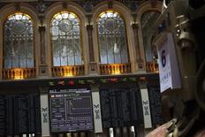 El Ibex-35 de la bolsa española terminó al alza la sesión del jueves aunque muy por debajo de los máximos registrados tras conocerse el nuevo recorte de tipos del BCE y la ampliación del programa de estímulos. En la imagen, una pantalla electrónica muestra el Ibex en la Bolsa de Madrid, el 6 de agosto de 2012. REUTERS/Susana Vera