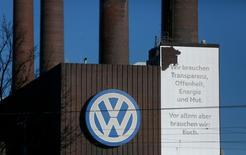 """Volkswagen planea recortar cerca de 3.000 empleos en sus oficinas alemanas antes de finales de 2017 mientras el fabricante de coches alemán lucha por neutralizar el coste del escándalo de las emisiones trucadas, dijeron dos fuentes de la compañía el jueves. En la imagen de archivo, el logo de Volkswagen adorna la fábrica de VW en  Wolfsburgo, Alemania, el 20 de noviembre de 2015. El texto dice: """"Necesitamos transparencia, sinceridad, energía y valentía"""".  REUTERS/Ina Fassbender"""