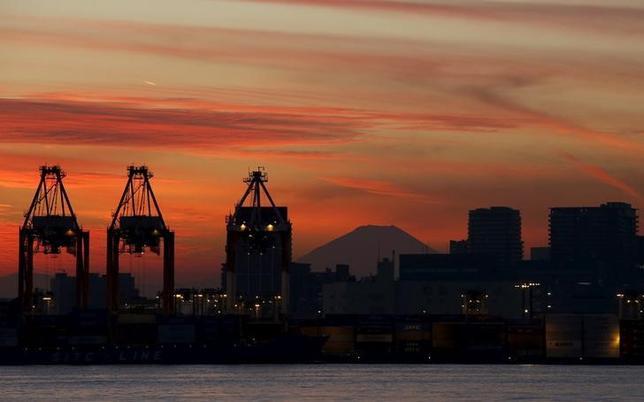 3月11日、財務省と内閣府が発表した1―3月期法人企業景気予測調査によると、企業の景況感を示す景況判断指数(BSI)は、大企業製造業でマイナス7.9となり、3期ぶりに悪化した。東京の港で2015年12月撮影(2016年 ロイター/Toru Hanai)