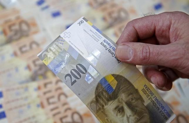 3月10日、欧州中央銀行(ECB)が予想以上の追加緩和に踏み切ったことで、スイス中銀の対応が注目されている。エコノミストらは、スイス中銀がフラン高を抑制するための介入を強化する可能性があると指摘しているが、17日の政策会合で利下げに動く可能性は低いとの見方が大勢だ。写真はゼニツァで昨年1月撮影(2016年 ロイター/Dado Ruvic)