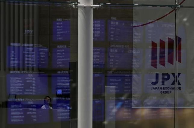 3月10日、来週の東京株式市場は底堅い値動きとなりそうだ。米景気の先行き懸念後退と原油価格の底入れにより、投資家の不安心理は消えつつある。昨年8月東京証券取引所で撮影(2016年 ロイター/Yuya Shino)